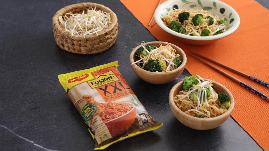 Ricetta Noodles con uova, broccoli e germogli di soia