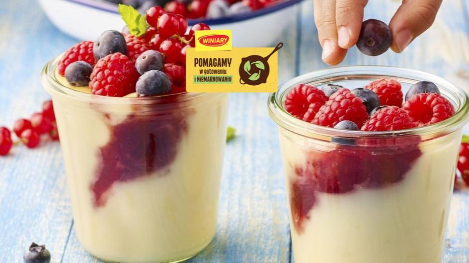 Budyń z owocami i sokiem malinowym