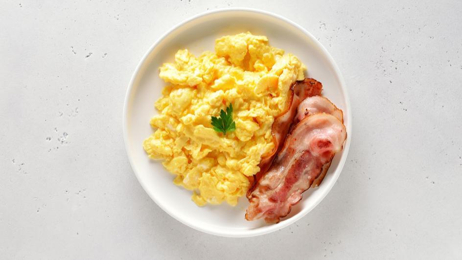 Jajecznica na maśle z boczkiem i cebulą