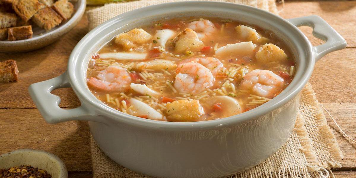 Sopa de mariscos con fideo