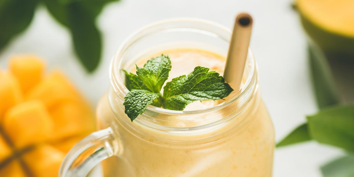 Contém um copo transparente com a vitamina de maracujá e um canudo marrom para servir