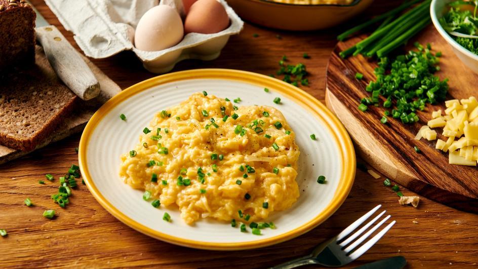 Jajecznica z serem i szczypiorkiem