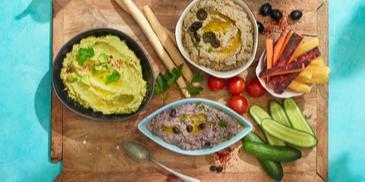 Plankje van verschillende soorten hummus