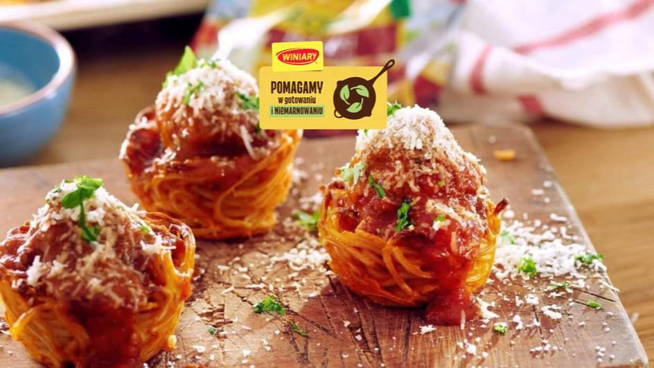 Spaghetti inaczej: makaronowe foremki z pulpecikami i sosem pomidorowym