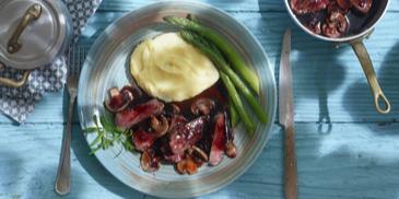Geroerbakte runderreepjes met granaatappel, champignons en ui.