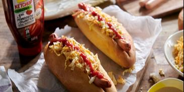 Hot dogi z surówką i sosem