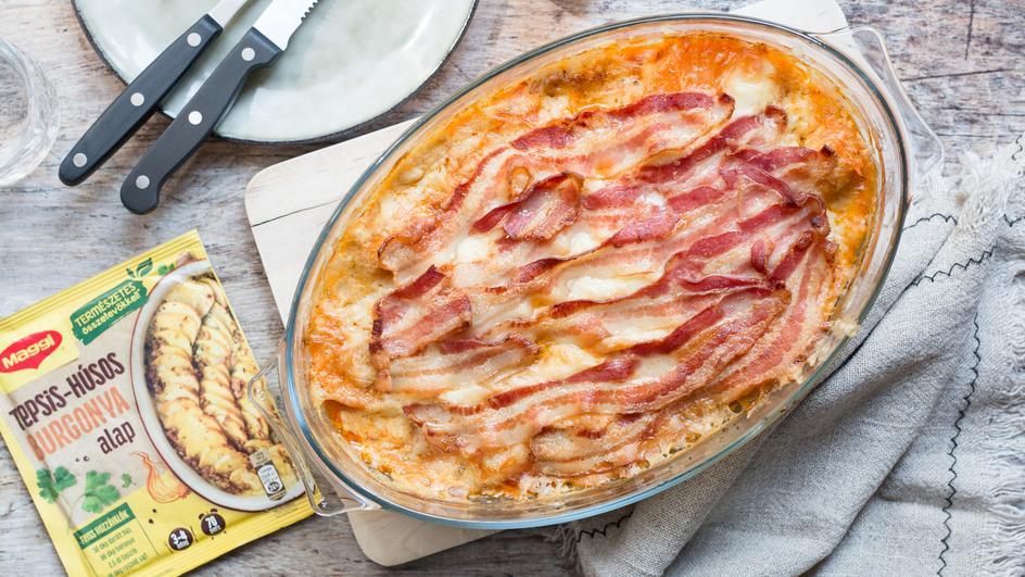Rakott édesburgonya, kolbásszal, tetején bacon szeletekkel, sajttal