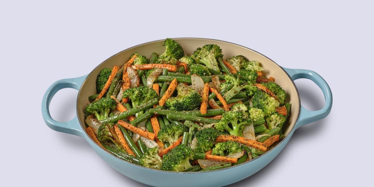 Foto de uma panela baixo em tom azul claro com a receita de legumes salteados dentro dela