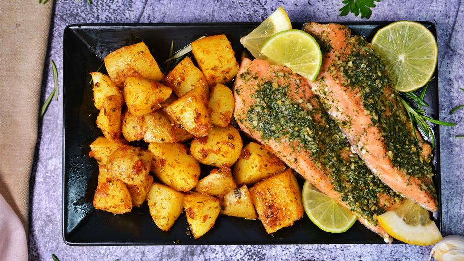 Печена риба с ароматни картофки