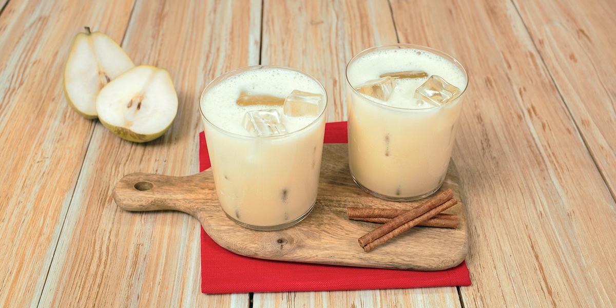 AGUA de PERA con CANELA preparada con Alimento en Polvo CARNATION® CLAVEL®