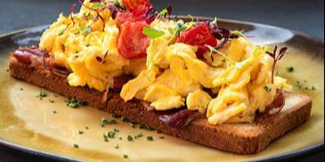 Jajecznica z pomidorami szynką i serem