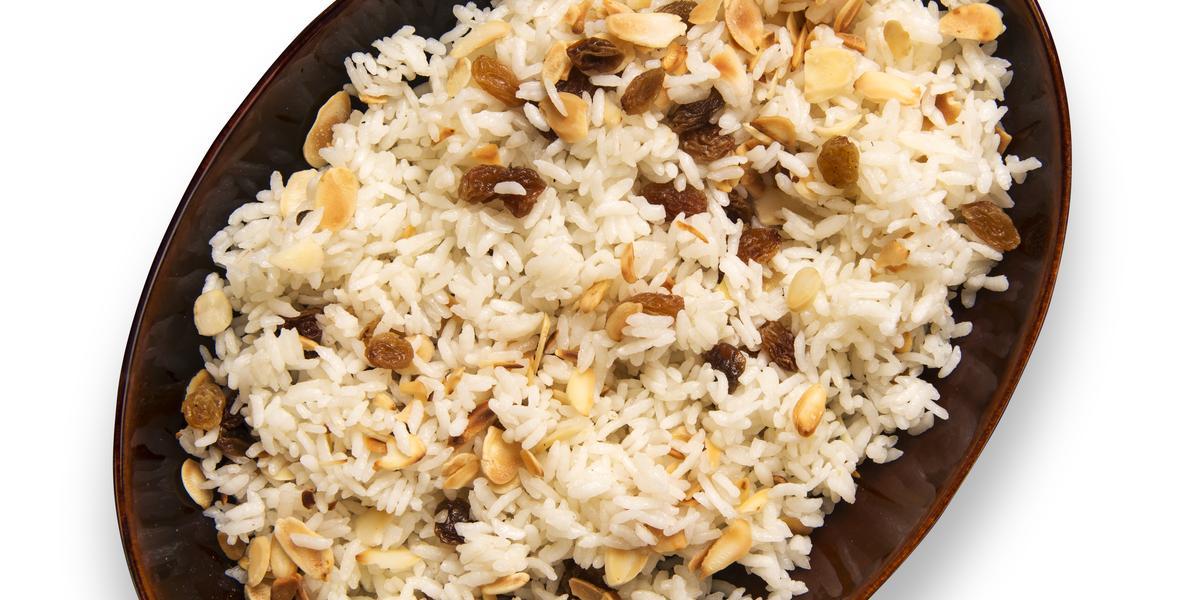 fotografia em tons de branco e marrom tirada de um recipiente oval marrom com arroz