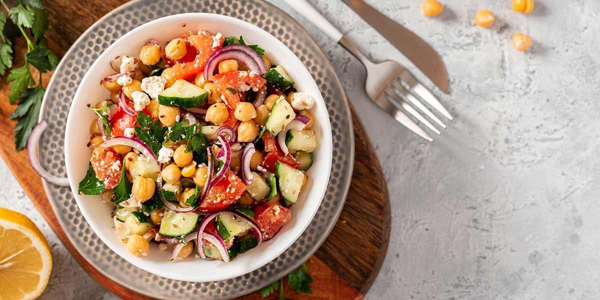 Receta fácil y rápida de ensalada de garbanzos y vegetales