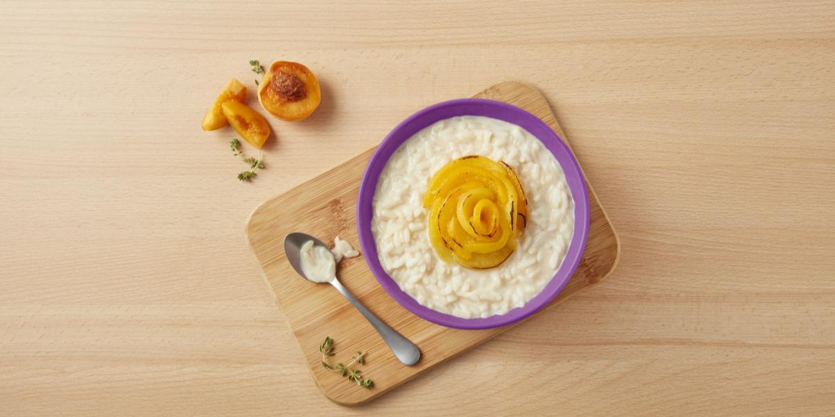 Bowl de arroz con leche y duraznos