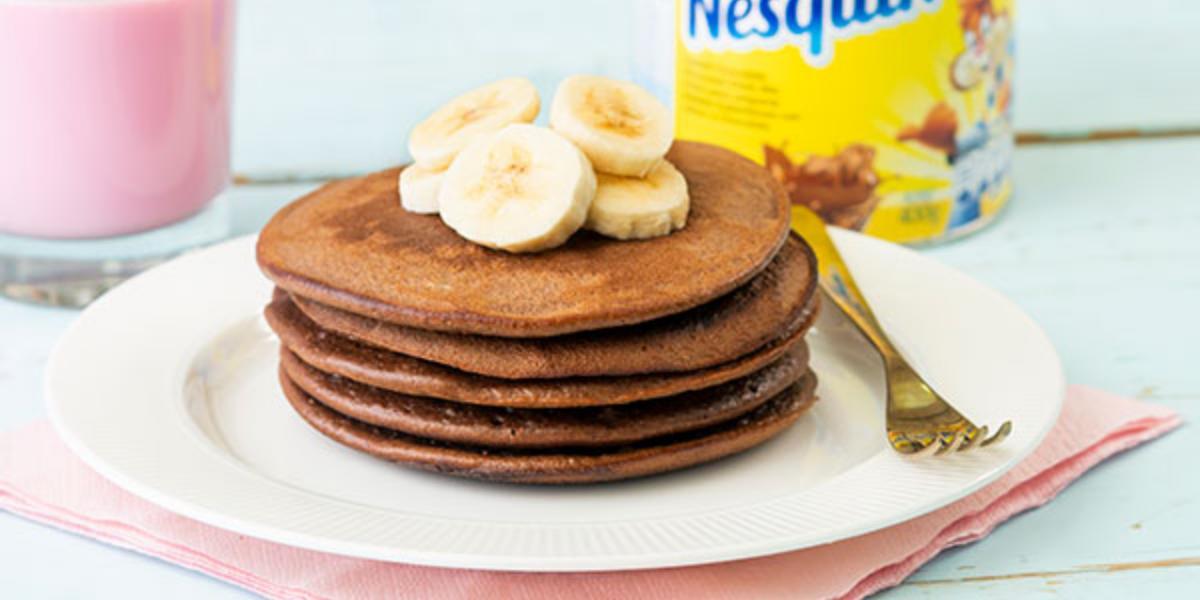 Pancakes de chocolate y mantequilla de maní