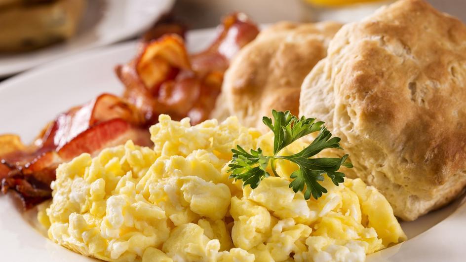 Jajecznica na boczku z cebulą
