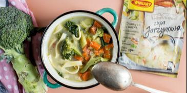 Sycąca zupa jarzynowa z makaronem