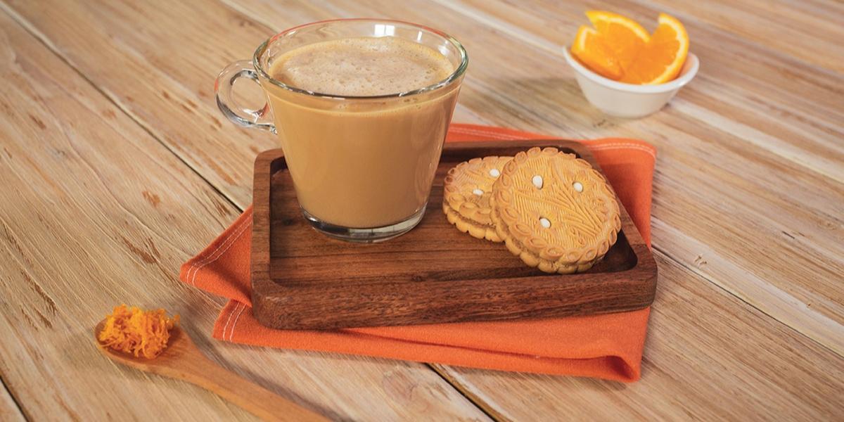CAFÉ con NARANJA preparado con Leche Evaporada CARNATION® CLAVEL® Para Café Sabor a Vainilla